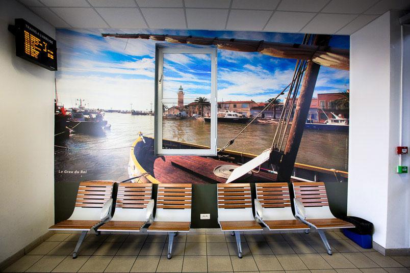 Gare SNCF de nimes décoration des murs de salles d'attente - photo Grau du Roi, rive droite
