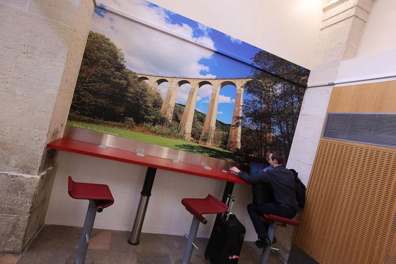 Gare SNCF de nimes décoration des murs de salles d'attente - photo viaduc Chamborigaud