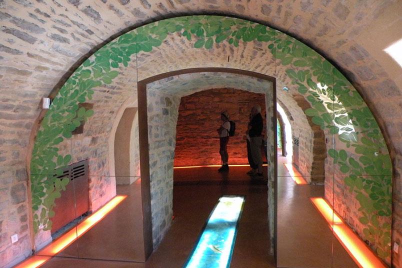 Impression sur miroirs pour scénographie (vue d'ensemble) / Espace découverte et culture, Viaduc de Millau